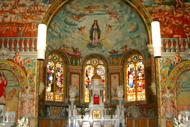 教堂內的壁畫由來自意大利的畫家Francesco Floreani按文藝復興時期的宗教藝術風格完成。