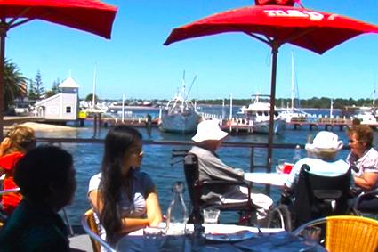 隨海浪波動的水上餐廳。