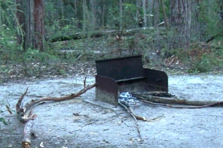 這是公園管理處為遊客準備的「篝火爐灶」,前一晚被「鄰居」捷足先登用上了,我們就用石頭搭灶,「風味」更佳!