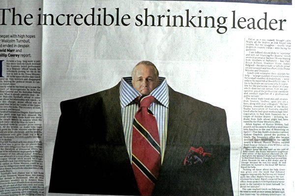 《悉尼晨鋒報》報導及政治漫畫:「大縮水的領袖(The incredible shrinking leader)」