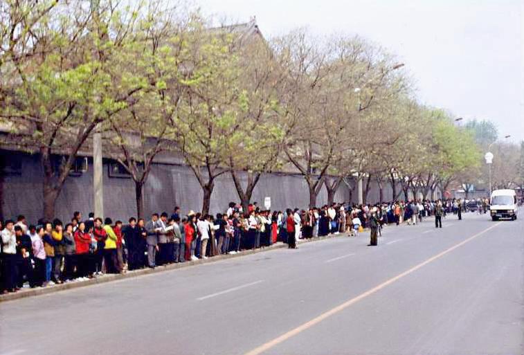 1999年4月25日,萬餘名法輪功學員在中共國務院信訪辦所在地——中南海外的府右街上集體上訪,筆者亦在上訪人羣中。