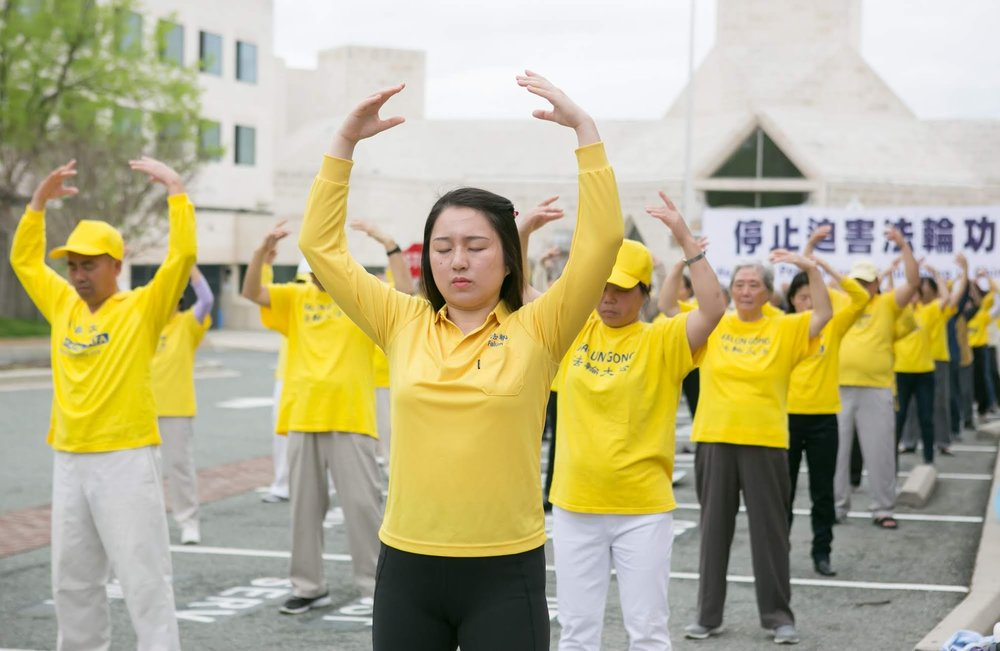 2019年4月14日,部份華盛頓法輪功學員在中領館前舉行紀念「四·二五」萬人上訪二十週年活動。(攝影: Lisa Fan, 大紀元)