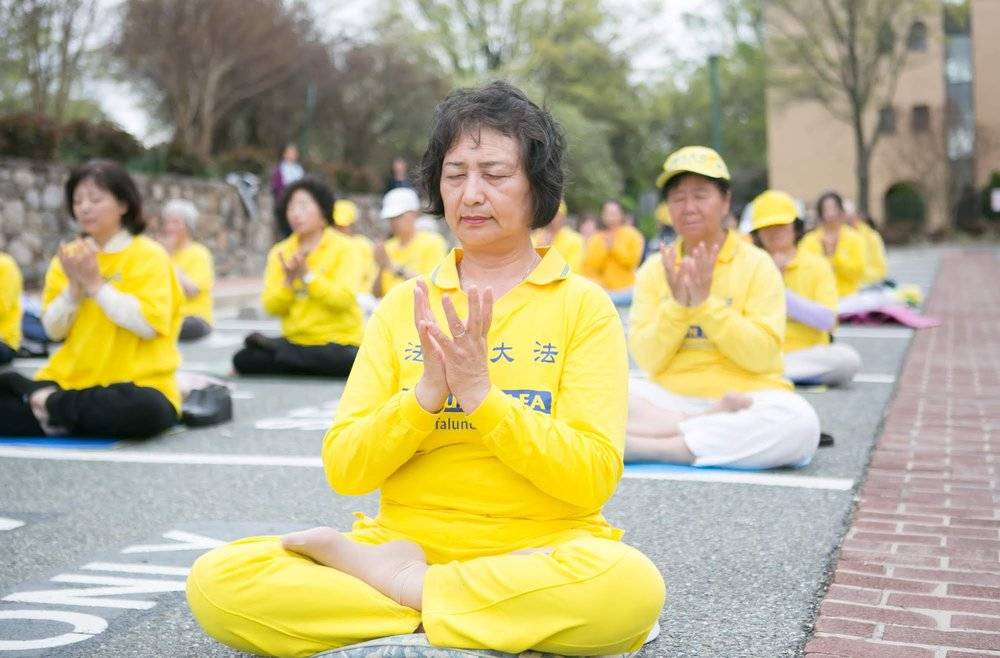 Falun Gong practitioners meditating in front of the Chinese Consulate in Washington DC to commemorate the 20th anniversary of Falun Gong's April 25 Appeal in Beijing on April 14, 2019. (photo by Lisa Fan. ) 2019年4月14日,華盛頓特區部份法輪功學員在中領館前舉行紀念「四·二五」萬人大上訪二十週年活動。(攝影:李莎)