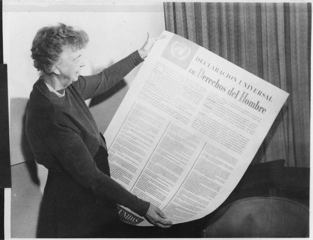 Eleanor Roosevelt sosteniendo el texto en español de la Declaración Universal de los Derechos humanos, autor desconocido, 1949