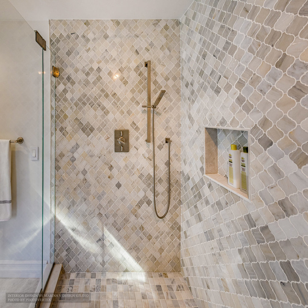 Shower room with decorative tile wall