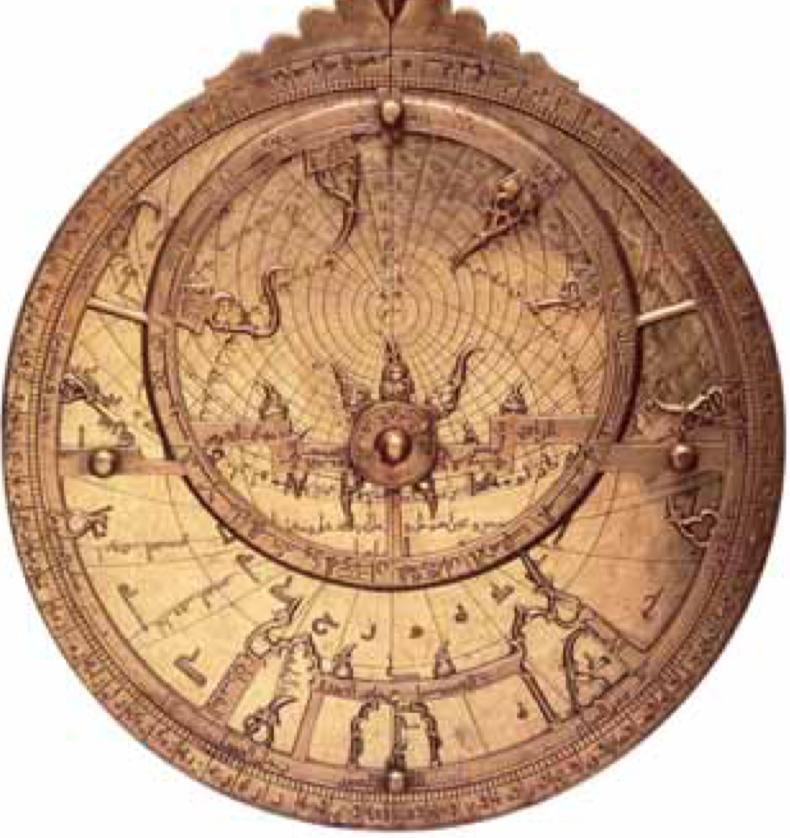 Arabisches Astrolabium des 11. Jahrhunderts. Von der griechischen Antiquität bis zum 17. Jahrhundert wurde das Astrolabium ständig weiterentwickelt, sogar mechanisiert, um die genaue Stellung der Gestirnen über dem Horizont zu fassen und viele Informationen davon ableiten, insbesondere die Zeit.