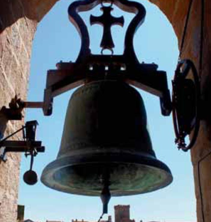 La sonnerie à la volée est réservée aux services et cérémonies religieuses. Les heures sont frappées sur la lèvre externe de la cloche par un marteau.