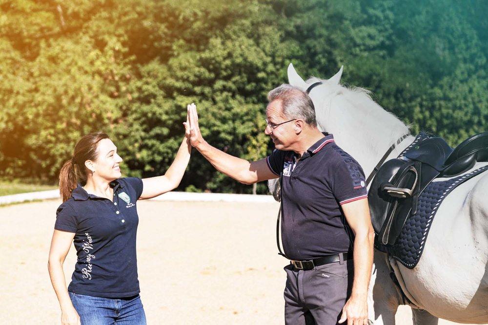 Hallo! - Nun möchten wir uns auch Ihnen vorstellen. Wir sind Shana und Thomas Ritter.Wir wohnen in Deutschland und arbeiten mit Reitern aller Klassen, aller Disziplinen und mit allen Typen von Pferden. Wir haben in den USA, Kanada, Deutschland, Österreich, Holland und der Schweiz unterrichtet. Wir haben zwei Bücher über Dressur veröffentlicht, eines davon zur Biomechanik, das andere über Langzügelarbeit. Unser nächstes Buch, das bald erscheinen wird, erklärt sehr detailliert die Ausbildung zu den fliegenden Wechseln.