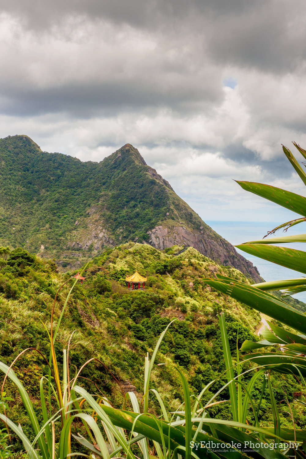Looking out over on the first lookouts on the trail up. Mt Keelung in the background. f11, ISO 320, 1/80, 44mm