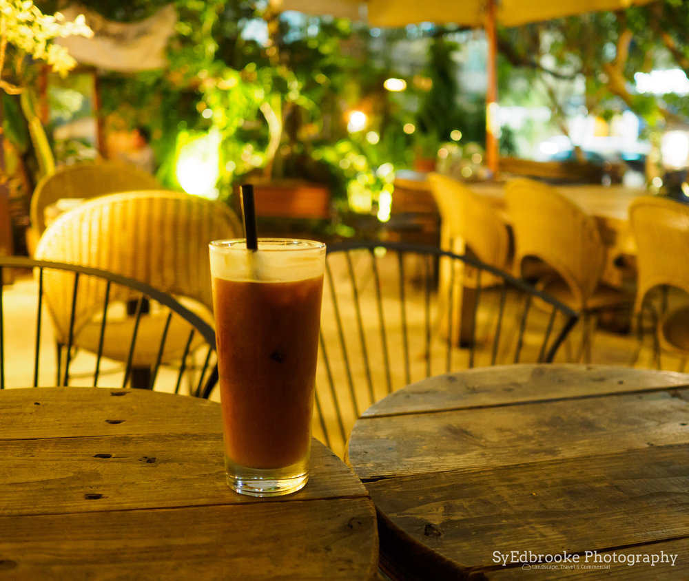 A chilled americano in Dunhua. f1.8, ISO 1600, 1/10, 35mm