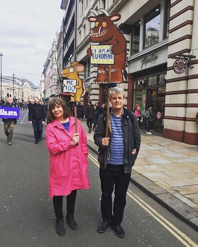 Il Gruffalò è nato 20 anni fa in Inghilterra, ed è perciò EUROPEO. Ce lo ricordano i suoi genitori, Julia Donaldson e Axel Scheffler. #NoBrexit 🇪🇺💪🏻 . 🇬🇧 The Gruffalo was born in UK 20 years ago, therefore it's EUROPEAN. Julia Donaldson and Alex Scheffler, the Gruffalo's parents, remind it to us in this nice picture. #NoBrexit 🇪🇺💪🏻 . #bambinovolante #floatingboy