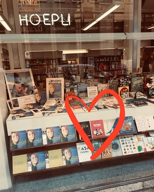 Facciamo la nostra bella figura in vetrina alla @hoepli_libreria_editore 😍 . #floatingboy #bambinovolante #hoepli