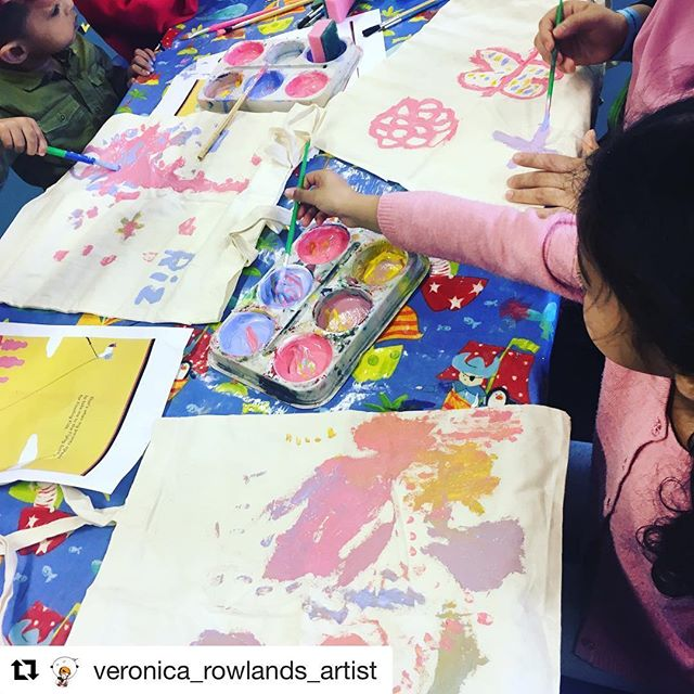 "Un bel gruppetto di bambini felici che giocano con i colori del #bambinovolante in un'attività organizzata da @veronica_rowlands_artist al Discover Children Story Centre di Stratford (Londra). E' sempre emozionante vedere i bambini creare qualcosa ispirati dalla nostra storia 😊 . 🇬🇧 Our book inspired a lovely art&craft session run by @veronica_rowlands_artist at the Discover Children Story Centre in Stratford (London). Thanks Veronica, hope the kids enjoyed playing with Pat 😊  #Repost @veronica_rowlands_artist with @get_repost ・・・ My last ""Mighty Mega"" session @discover_story @rosettaarts printing and painting tote bags inspired from ""The Floating Boy"" and making felt Easter cards.  #mightymega #discoverstorycentre #Stratford #rosettaartcentre #thefloatingboy #sen #artworkshop #craftworkshop #workshopfacilitator #senart #painting #inclusivearts #floatingboy @discover_story"