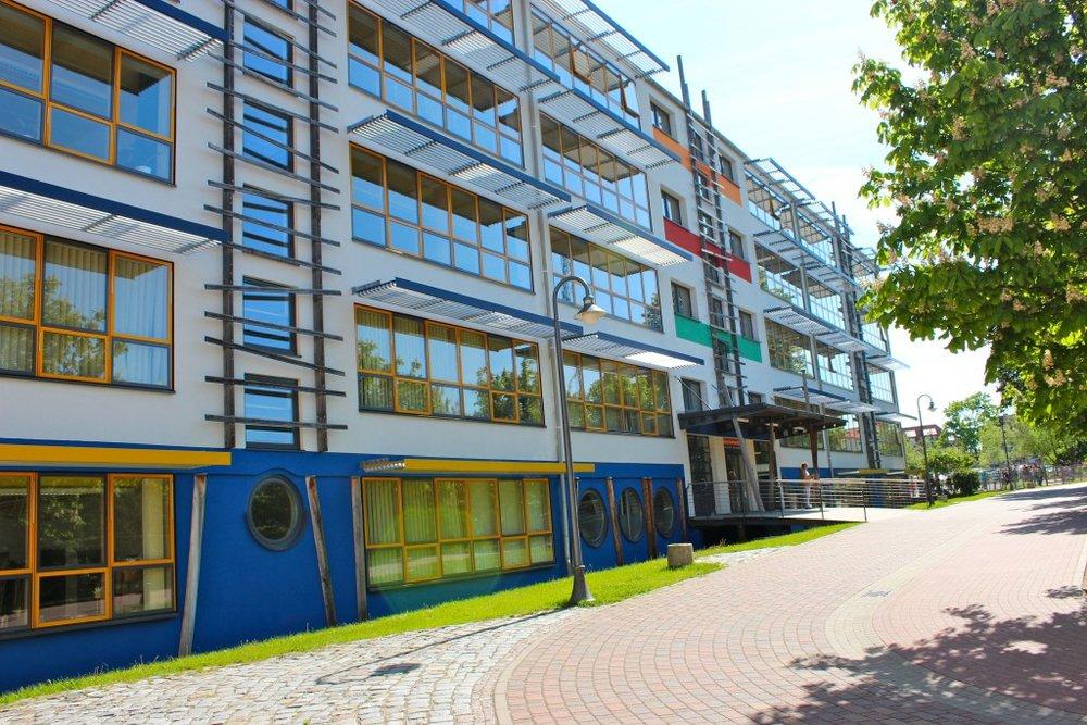 Unser Schulgebäude - Mitten in der Stadt bieten wir moderne Lernbedingungen. Das Zetrum vom Schulcampus ist ein modernisiertes Schulhaus.