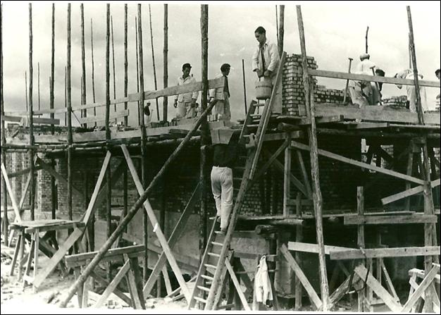 Als die Wände immer höher wurden, musste man ein Gerüst aus Holz bauen, um den Bauarbeitern die Arbeit zu erleichtern. Das war eine ziemlich wacklige Angelegenheit.