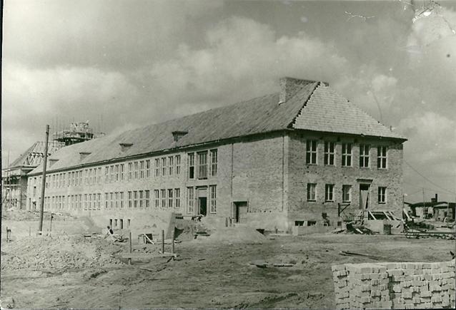 Die Schule wurde in 3 Etappen gebaut. In der  ersten  wurde das Hauptgebäude errichtet.