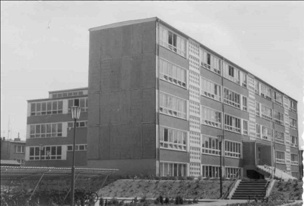 Wie in der DDR zu dieser Zeit üblich, wurde ein Schulneubau in der typischen Plattenbauweise errichtet.