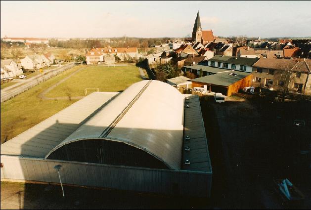 """Gleich daneben wurde die neue Turnhalle errichtet.  Im Februar 1972 wurde das Schulgebäude übergeben. Es bekam den Namen """"Richard Sorge"""" und bot Platz für 500 Schüler."""