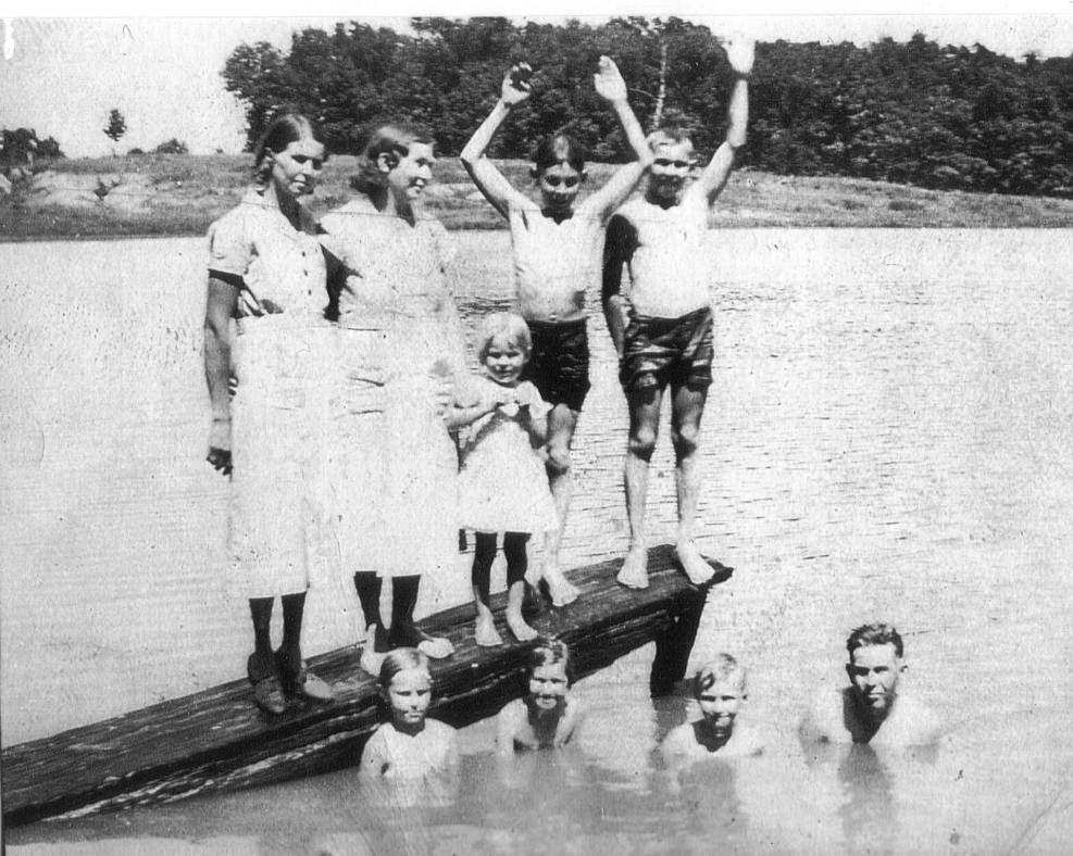 Dock: Unk, Mae (Mother), Betty,  Glenn, Unk     Water: Ruth, Unk, Unk, Fred (Father)