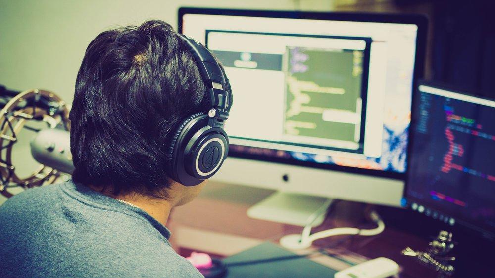 editor-pc-headphones-behind.jpg
