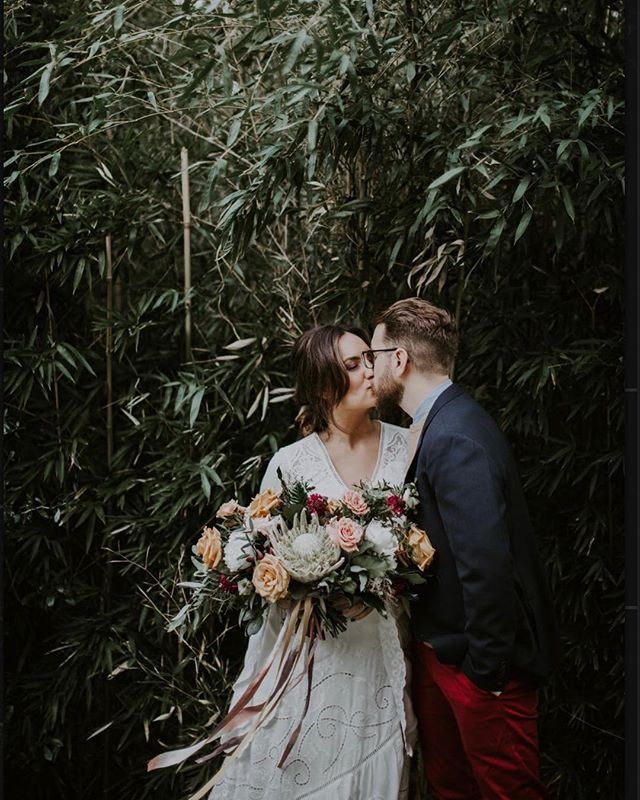 Oldie but a goodie. These two love birds just celebrated their one year anniversary 👏🍾😍 • • •  #emmacaitlyncreative #weddings #realweddings #dallas #bishoparts #love #kiss #bamboo #bridal #brideandgroom #reallife #weddingphotography #anniversary #oneyear #celebration #dallaswedding #fall #bouquet #protea #photography #weddingdress #freepeople #bridalhair #ribbon #bridesbouquet