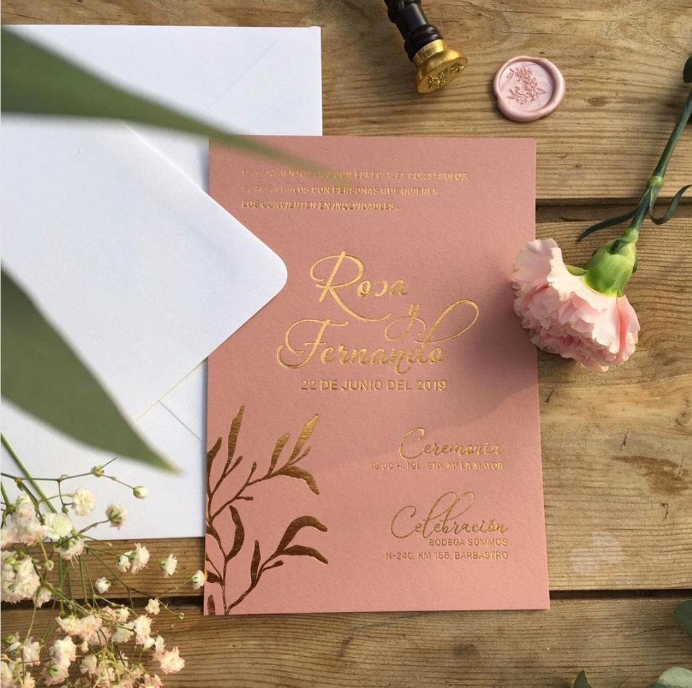 Invitación de boda con letterpress dorado