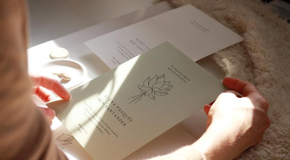 Invitación de boda con ilustración de suculentas, en papel sostenible coloreado con pigmentos naturales.