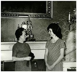 - Madeleine Porthault ambassadrice de la marque en conversation avec Jacky KennedyMadeleine Porthault ambassador of the brand with Jacky Kennedy