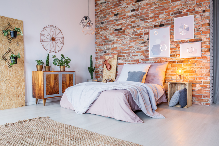 Bright-bedroom-with-brick-wall-641270666_727x484.jpeg