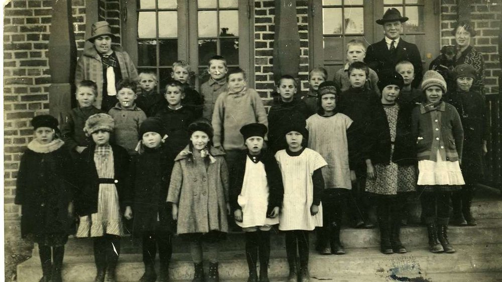 The building used  to be a school in the years 1920-1965. Here the students are standing on the front porch with their teachers in 1926!