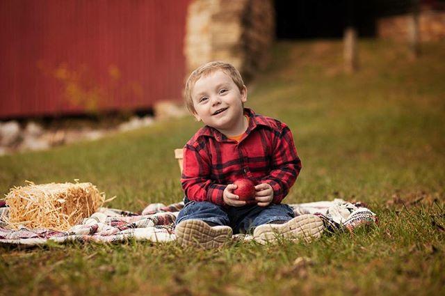 """Autumn, the year's last, loveliest smile."" - William Cullen Bryant #fallphotos #childrensphotography #spartaillinois #illinoisphotographer #fallminisessions #appelstudios"