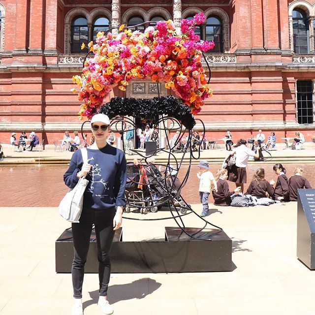 Hanging out with Frida. #fridakahlo #victoriaandalbertmuseum #england #travel #travelfashion #whatiwore