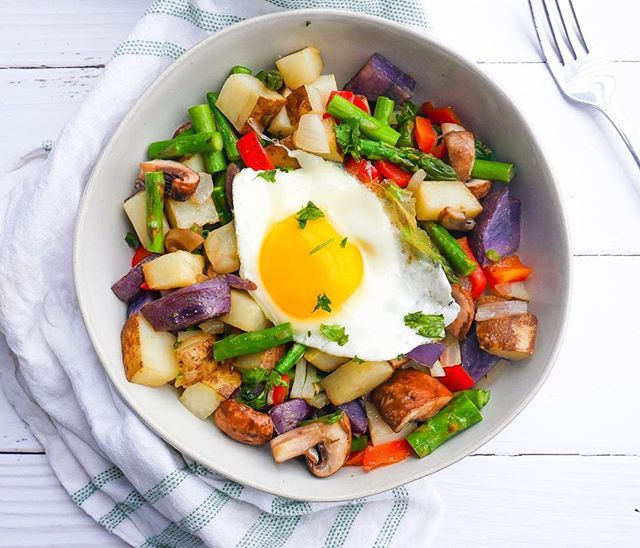 ASPARAGUS, MUSHROOM AND POTATO HASH // These vegetables combine to make this colorful and hearty breakfast that is full of texture, flavour, nutrients and protein. This hash has a fresh and light springtime taste. It has become a fast favourite in my household and is suitable for not just breakfast, but lunch or a weeknight dinner. The recipe is available on our website. Enjoy 💛 #5adaynz