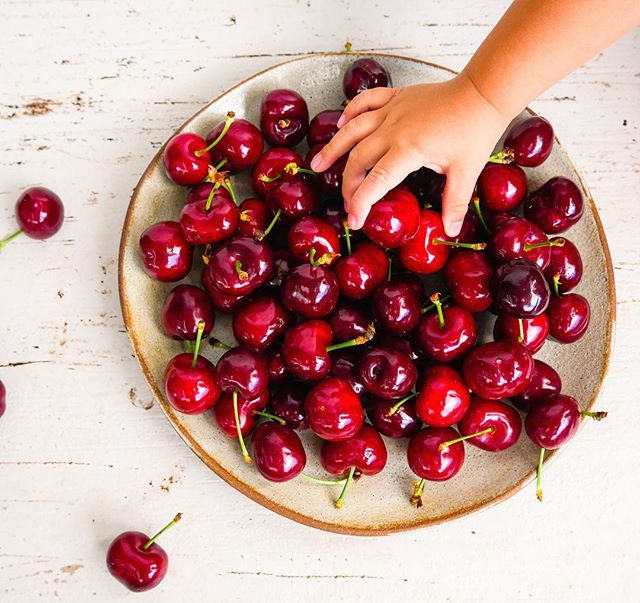It's official, cherry season has begun in NZ! There's nothing like a bowl of fresh cherries on a warm summers day. This juicy fruit is rich in antioxidants, fibre and vitamin C. What are your favourite cherry recipes? 🍒🍒