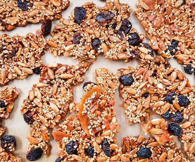 SEEDED BRITTLE // Crunchy, chewy, sweet and packed with nutrients. This easy-to-make seeded brittle gives you sustainable energy to stay fueled for the day ahead, and is a great sweet pick me up. This recipe is nut free making it perfect for the kids lunch boxes. Feel free to add in chocolate, nuts or dried fruit. The recipe is available on our website www.juliaandlibby.com ❤️