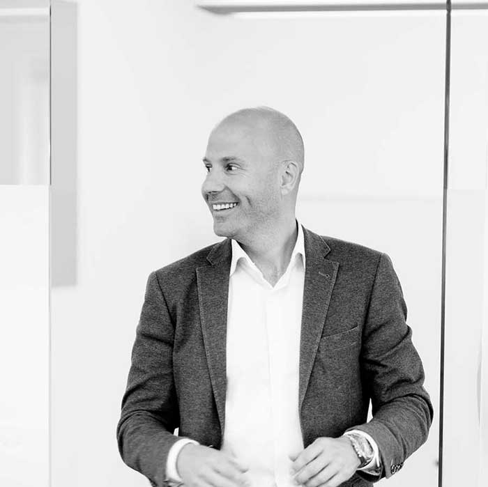 En organisation uden chefer- Jesper Refning - Jesper Refning fortæller om, hvordan han og kollegerne i Daxiomatic har skabt en selvledende organisation uden chefer. Han løfter på motorhjelmen, når han forklarer de fem redskaber, som udgør forudsætningen for at Daxiomatic både kan lykkes med at vinde priser som Danmarks bedste ERP-leverandør og som Danmarks bedste mindre arbejdsplads.