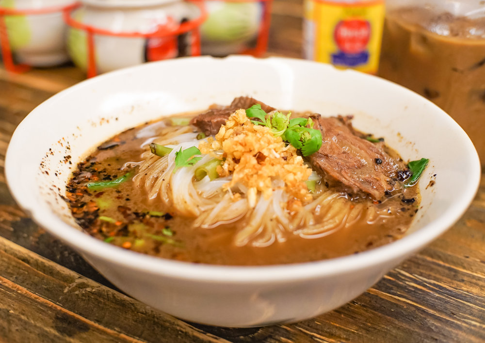 The Braised Beef Tendons Boat Noodles is topped with braised beef brisket and a generous portion of fried minced garlic. And of course you can see the signature spicy chilli flakes on the left.