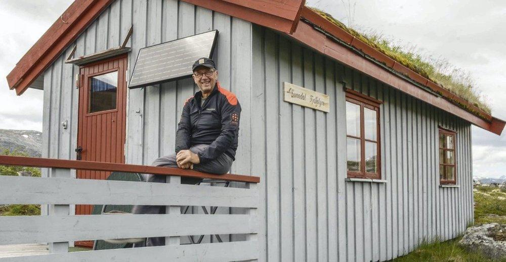 Per Skotvedt har gitt stafettpinnen videre til oppsynsmann Bjørn Sæther. (Foto: Bodil Rød)