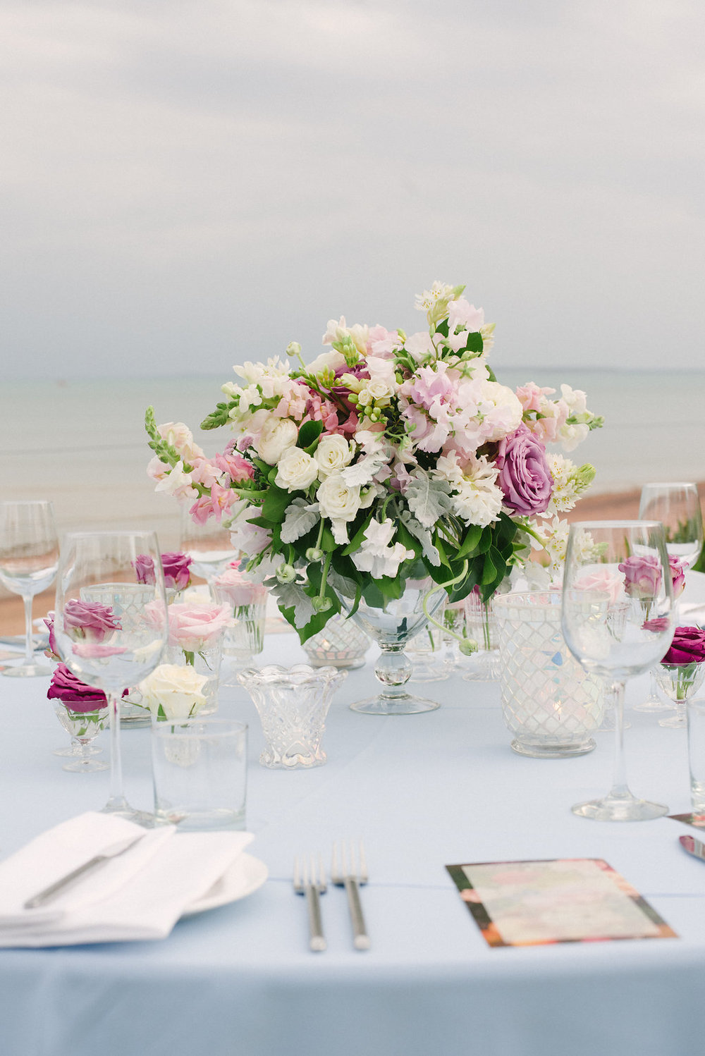wedding table centrepiece with roses and snapdragons