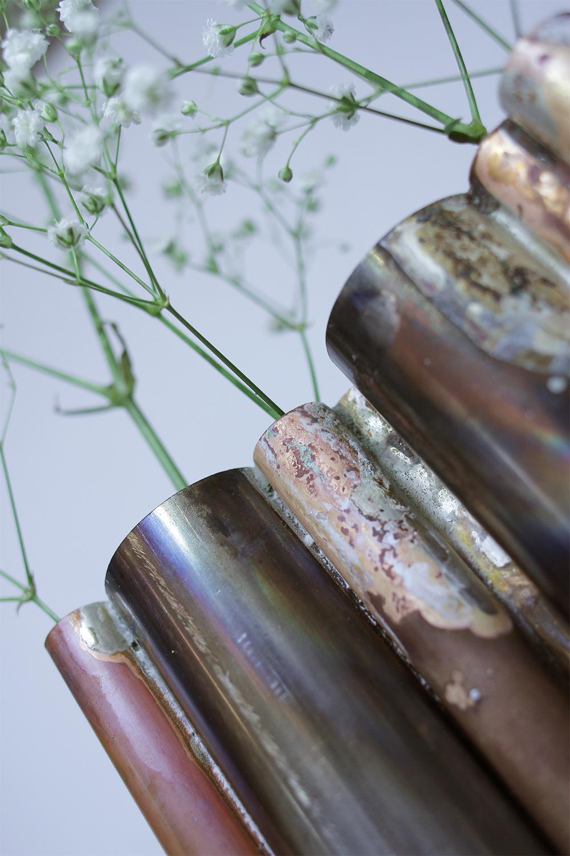 SOLIFLORES - Partenariat avec le journal d'un anosmique. Création d'un projet à partir d'une odeur inconnue. J'ai décomposé l'odeur en l'associant à des moments de vie.L'odeur de la rue après la pluie.L'odeur du chaud / froid L'odeur du métal sur les doigts.À travers ce soliflore, j'ai voulu accentuer l'aspect métallique que je trouvais très présente. J'ai été inspirée par les chenaux et autres tubes métalliques urbains. Après un tour dans les ateliers de l'école, j'ai composé graphiquement sept tubes de laiton, cuivre et acier. La gypsophile donne un aspect vaporeux et léger au soliflore et s'oppose au métal.Comme l'odeur de la rue après la pluie.Icile lien vers ma bio par le journal d'un anosmique !