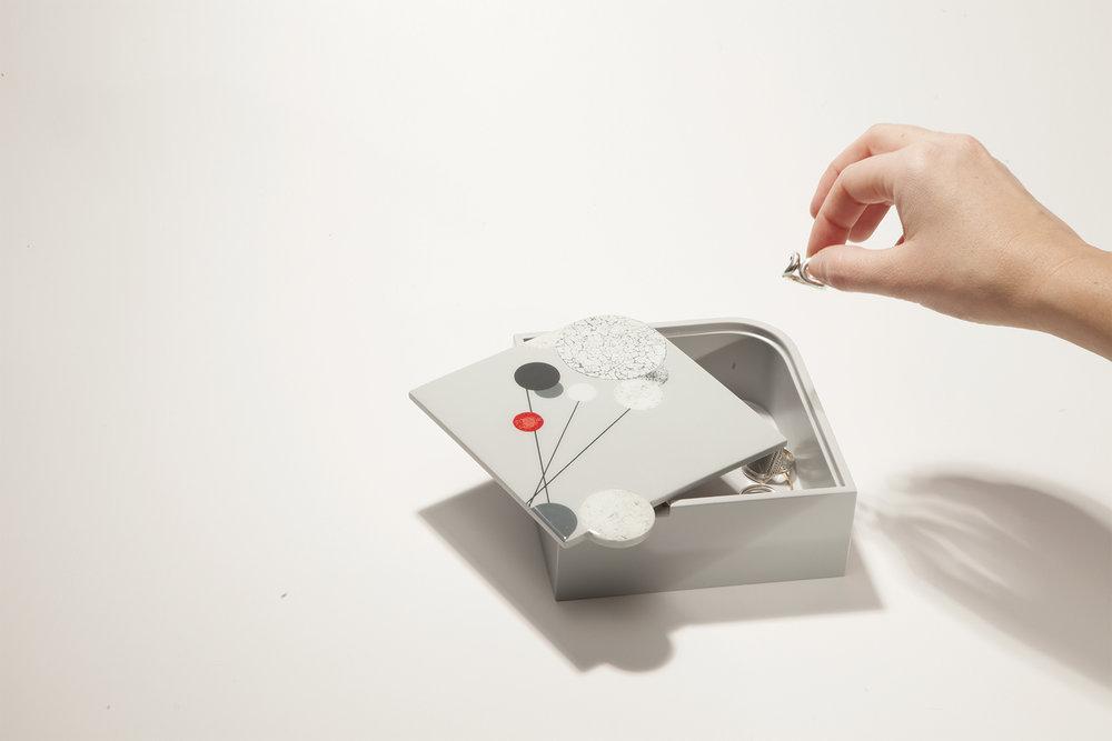 M'O - Boîte à préciositésHommage à l'oeuvre Construction AL6 de Moholy Nagy. Cette boîte à préciosités laquée est ornée de décor en coquille d'oeuf -élément phare de la laque japonaise- qui retranscrit les compositions métalliques de l'artiste.