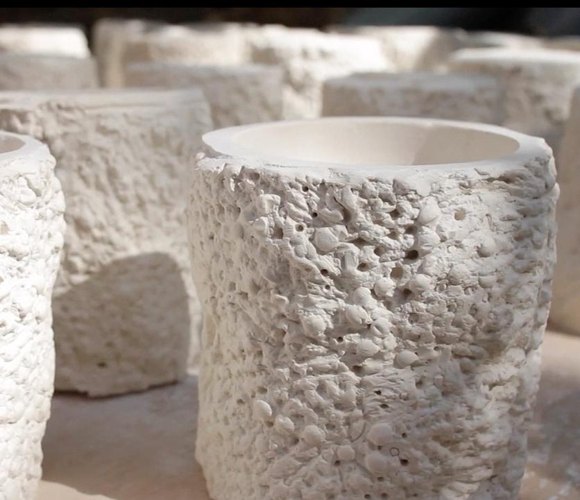 CHARLOT - L'enjeu de ce projet était de travailler autour d'un objet expressif pour pouvoir au mieux inspirer une parfumeur : Alexandra Carlin. J'ai donc pensé cet objet comme une matière brute et tactile où les sens se focalisent sur le touché et l'odorat. Ma recherche s'est déroulée de manière extrêmement expérimentale. En moulant différentes matières altérées : le bois, la terre ou le métal, je suis arrivée à un matière à la fois artificielle et naturelle presque vivante.