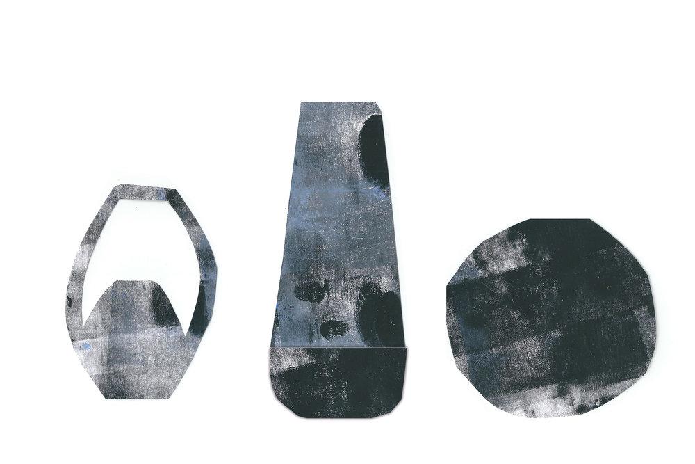 OBJETS DE FUNERAILLES - Dans une société occidentale en perte despiritualité, je me suis demandé commentles objets fétiches pouvaient par leurmatérialité et leur ritualité apporter plusde sens. La pensée fétiche fait de la maladieou de la mort des événements cardinaux,c'est pourquoi j'ai voulu travailler autour dela crémation et des rites de dispersion decendres qui sont aujourd'hui trop aseptisés.Je propose trois objets-disperseurs pourtrois lieux : la ville, la forêt et la mer.Pour la mer, j'ai conçu un disque en pulpe depapier où une couronne se révèle, se colorecomme par magie au contact de l'eau.