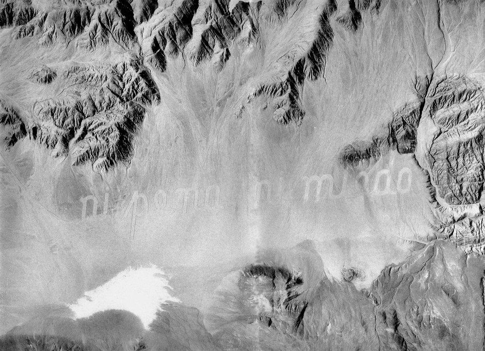 """En 1993 excava con bulldozers el poema de 3 kilómetros en el desierto, al sur de Antofagasta, """"Ni Pena ni Miedo"""", más precisamente en el 24°2'49"""