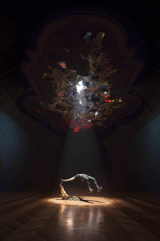 """""""Levitación del deseo"""" del 2013, es un lingote dorado que gira sobre su propio eje y levita sobre un plinto, siendo a la vez una crítica e ironía del sistema dominante al que sucumben los individuos. En ese mismo año, se exhibe en el Museo de Arte Contemporáneo MAC, la instalación """"Del paisaje y sus reinos"""", construcción que representa un bunker escala 1:1, donde piezas escultóricas elaboradas por el artista, y objetos encontrados y reutilizados, muestran y encarnan símbolos, dogmas y estructuras de la contemporaneidad, siendo otra crítica a la sociedad desde lo lúdico y figurativo. -"""