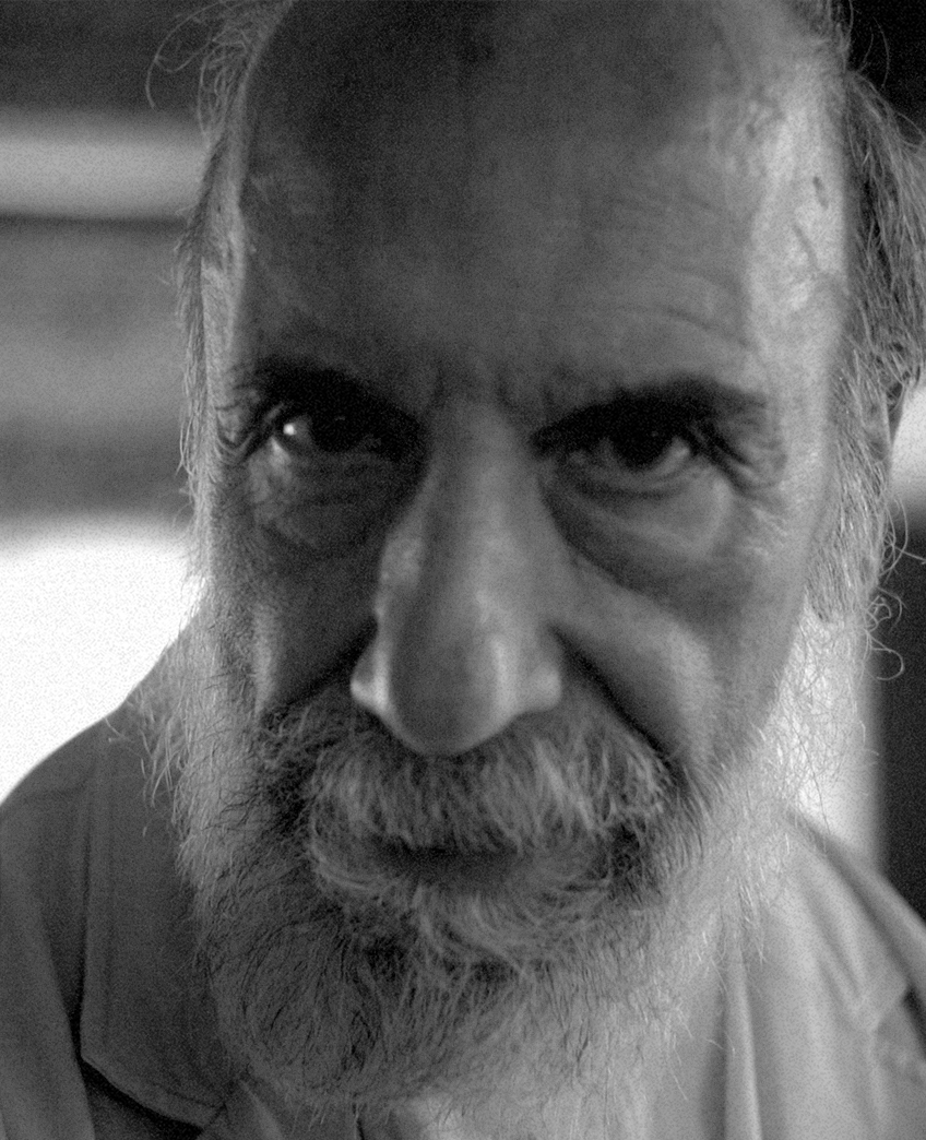 """Poeta y una de las figuras más importantes de las letras en Chile y el mundo, conocido por los versos de """"Purgatorio"""" (1979) y """"Anteparaíso"""" (1982). Para el Golpe Militar en Chile fue detenido y torturado para más tarde quedar libre, pero bajo la condición de que no podía entrar a ninguna librería, pudiendo ver en ese entonces """"Purgatorio"""" solo desde las vitrinas. -"""