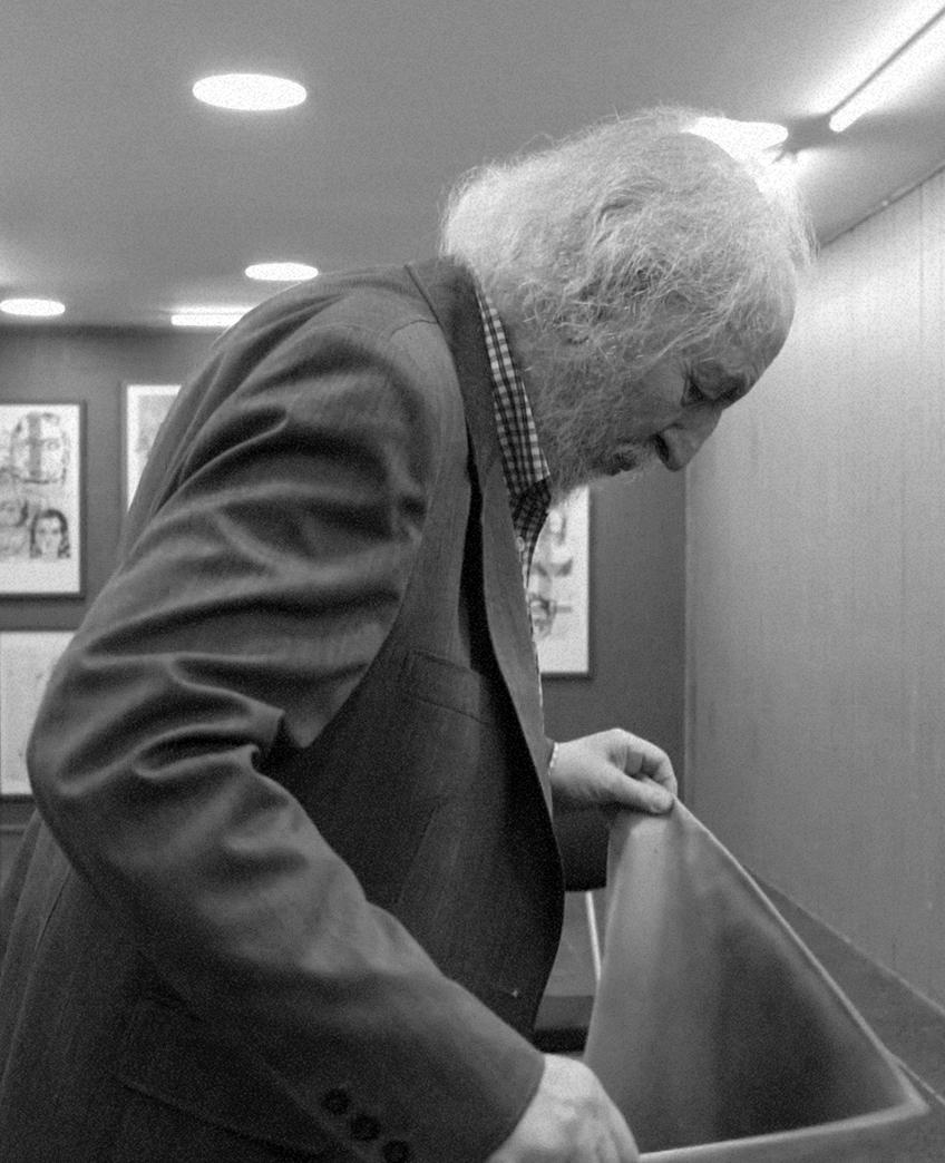 Eugenio Dittborn, una de las figuras del arte contemporáneo chileno más reconocida internacionalmente, nació en 1943 en Santiago de Chile. Luego de estudiar pintura y grabado en Chile, viaja a Europa para cursar estudios en fotomecánica, litografía y pintura para volver al país en 1972, regreso que casi coincide con el golpe de estado en Chile en 1973, hecho que cambia la manera en que se hacía arte y se reflexionaba acerca y en torno a éste. -