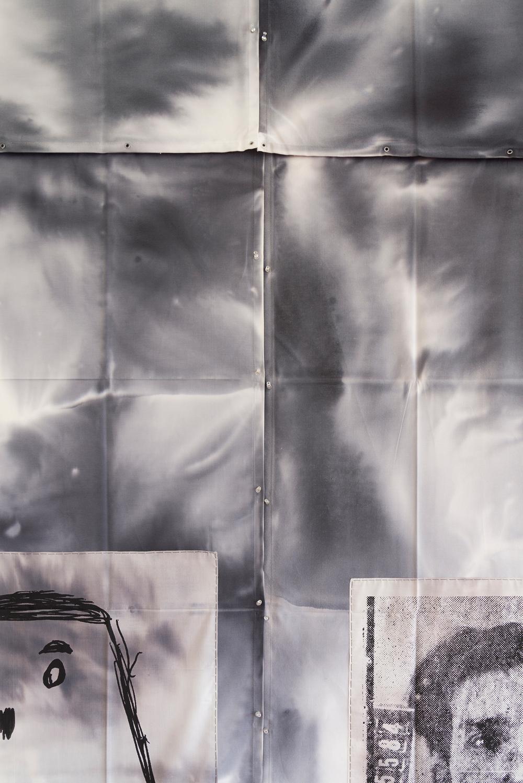 """Así es que diferentes elementos y corrientes van influyendo al artista, como es la figura del francés y padre del Ready-Made, Marcel Duchamp, con su concepto del """"objeto encontrado"""". Ese objeto Dittborn lo encontraría en distintas fuentes de la cultura popular, para fundirlo con su particular manera de trabajar: se sirve de procesos y metodologías para intervenir las piezas, nunca la mano haciéndolo directamente sobre ellas. Rápido graph, escuadras y reglas, además de fotografías, grabados, y tintes entre otros, se mezclan aprovechando las discusiones en torno a las clásicas maneras de hacer y donde cada técnica artística se resignifica. -"""