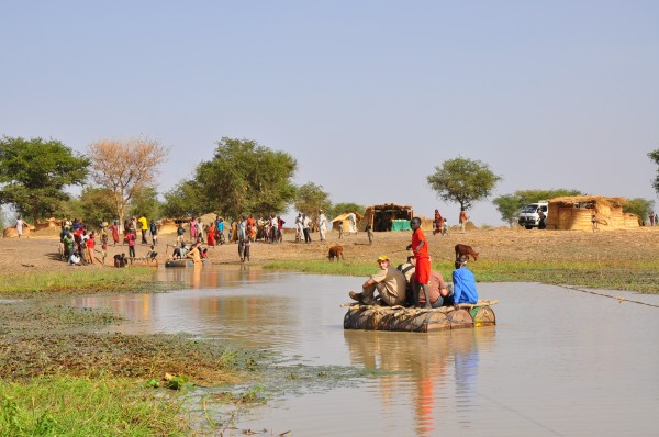 Crossing-the-River-Kiir-on-empty-oil-barrels-600x398