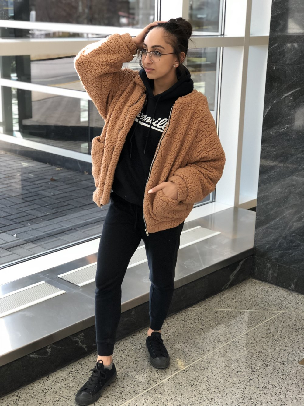 This airport outfit is extremely comfy but fashionable. Have to be extra even at the airport! My tan teddy bear coat is from Amazon, my hoodie is from Dreamville, joggers from Hollister, sneakers from converse, and glasses from eye buy direct.